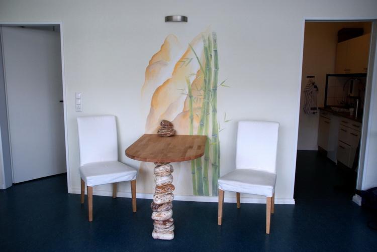 Massagesalon - Wandmalerei + Tischkonstruktion + Foto © Katharina Hansen-Gluschitz